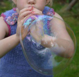 Cómo hacer burbujas con las manos